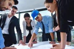 Ludzie biznesu i inżyniery na spotkaniu zdjęcie royalty free