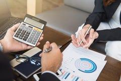 Ludzie biznesu kalkuluje pieniężnych dokumenty i dyskutuje zdjęcia royalty free