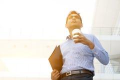 Ludzie biznesu, kartoteki falcówka i gorąca filiżanka, Fotografia Royalty Free