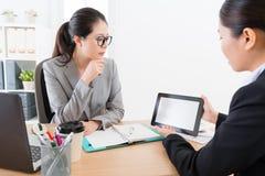 Ludzie biznesu kobiet dyskutuje współpraca skrzynkę Obrazy Stock