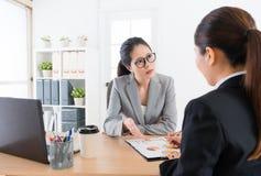 Ludzie biznesu kobiet ma spotkania w biurze Fotografia Stock