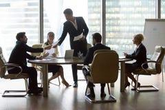 Ludzie biznesu kolegów i czarny lider zespołu obrazy royalty free