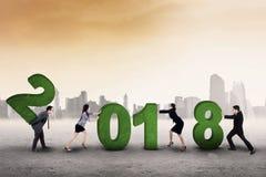 Ludzie biznesu kompilują liczby 2018 Fotografia Stock