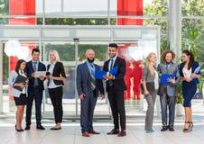 Ludzie Biznesu Komunikuje Grupują Dyskutować dokumentu projekta plan, uśmiech Opowiada W Nowożytnym biurze Zdjęcia Royalty Free
