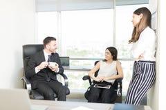 Ludzie Biznesu Ma dyskusję Podczas spotkania obrazy royalty free