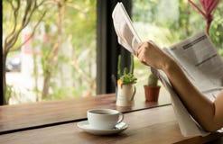 Ludzie biznesu ma kawę i czytelniczą gazetę Fotografia Royalty Free