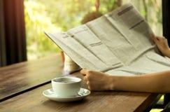 Ludzie biznesu ma kawę i czytelniczą gazetę Fotografia Stock