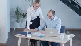 Ludzie biznesu Ma spotkania Wokoło stołu W Nowożytnym biurze zdjęcie wideo