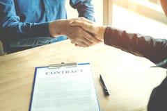 Ludzie biznesu negocjuje kontraktacyjnego uścisk dłoni między dwa col obraz stock