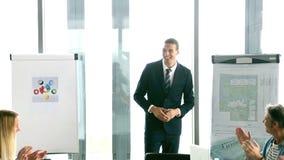 Ludzie biznesu oklaskuje dyrektora podczas spotkania zbiory wideo