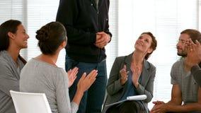 Ludzie biznesu oklaskuje podczas spotkania zbiory