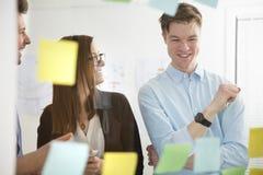 Ludzie Biznesu ono Uśmiecha się W biurze Widzieć Przez szkła Zdjęcia Stock