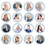 Ludzie biznesu opowiada na telefonie Online poparcie i com Zdjęcie Royalty Free