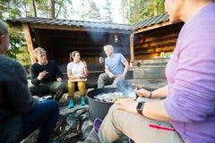 Ludzie Biznesu Opowiada Podczas gdy Mieć lunch W lesie Obraz Stock