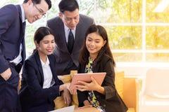 Ludzie biznesu opowiada przy cukiernianym okno zdjęcia royalty free