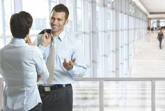 Ludzie biznesu opowiada w biuro lobby Zdjęcie Stock