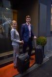 Ludzie biznesu para wchodzić do hotelu Zdjęcia Stock