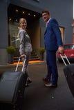 Ludzie biznesu para wchodzić do hotelu Zdjęcie Royalty Free