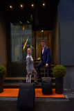 Ludzie biznesu para wchodzić do hotelu Obrazy Royalty Free