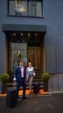 Ludzie biznesu para wchodzić do hotelu Zdjęcia Royalty Free