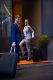 Ludzie biznesu para wchodzić do hotelu Fotografia Royalty Free