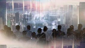 Ludzie biznesu patrzeje animowaną kulę ziemską w drapacz chmur ilustracji