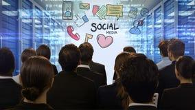 Ludzie biznesu patrzeje cyfrowego ekran pokazuje ogólnospołecznych środki zbiory