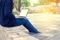 Ludzie biznesu pisać na maszynie na laptopie z pustym ekranem przy parkiem, conc Obraz Stock
