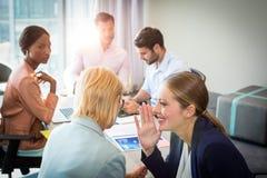 Ludzie biznesu plotkuje podczas spotkania zdjęcia stock