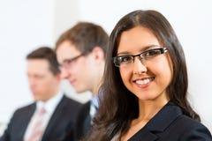 Ludzie biznesu podczas target41_1_ w biurze Obraz Stock