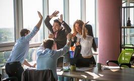 Ludzie biznesu pokazuje drużynową pracę w biurze Obraz Stock