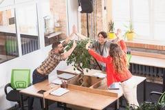 Ludzie biznesu pokazuje pracę zespołową w biurze Zdjęcie Stock