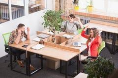 Ludzie biznesu pokazuje pracę zespołową w biurze Zdjęcie Royalty Free