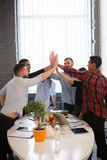 Ludzie biznesu pokazuje pracę zespołową w biurze Obraz Royalty Free