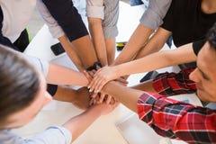 Ludzie biznesu pokazuje pracę zespołową w biurze Zdjęcia Stock