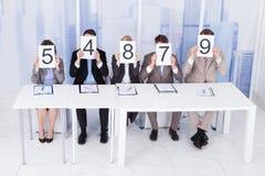 Ludzie biznesu pokazuje wynik karty zdjęcia stock