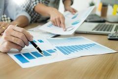 Ludzie biznesu pracuje analiza wykres na biurku przy pokojem konferencyjnym, Korporacyjnej komunikacji pracy zespo?owej poj?cie zdjęcie royalty free
