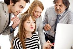 Ludzie biznesu pracuje jako drużyna przy biurem Fotografia Royalty Free