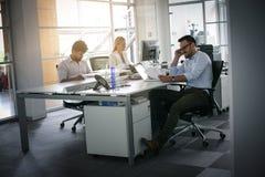 Ludzie biznesu pracuje ludzi biznesu wpólnie w biurze Obrazy Royalty Free