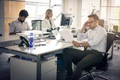 Ludzie biznesu pracuje ludzi biznesu wpólnie w biurze Zdjęcia Stock
