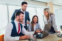 Ludzie biznesu pracuje na biznesowym projekcie w biurowym u?ywa laptopie fotografia royalty free
