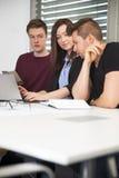 Ludzie biznesu pracuje przy biurkiem w biurze Obraz Royalty Free