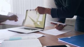 Ludzie biznesu pracuje przy biurkiem w biurze zbiory