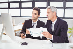 Ludzie biznesu pracuje przy komputerowym biurkiem Obrazy Royalty Free