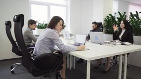 Ludzie biznesu pracuje przy stołem w biurze zbiory wideo