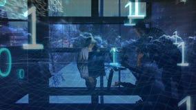 Ludzie biznesu pracuje w biurze nocą z binarnymi kodami na przedpolu