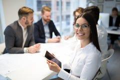 Ludzie biznesu pracuje wp?lnie na projekcie i brainstorming w biurze obrazy stock