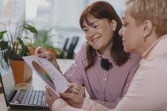 Ludzie biznesu pracuje wp?lnie przy biurem zdjęcia royalty free