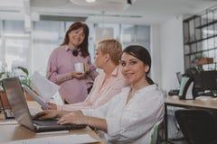 Ludzie biznesu pracuje wp?lnie przy biurem obrazy stock
