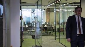 Ludzie biznesu pracy w biurze z szklanymi rozdziałami zdjęcie wideo